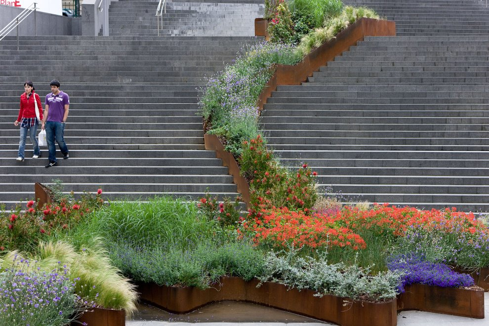 El jard n que sube las escaleras bilbao diana balmori for Jardines de bilbao