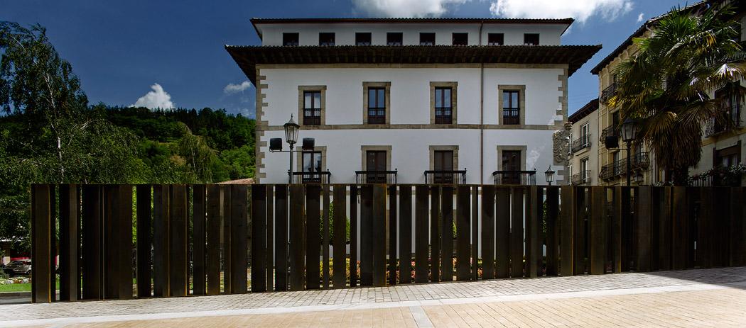 Redefinición del cerramiento del Jardin del Palacio Yrizar / Vaumm Arquitectos