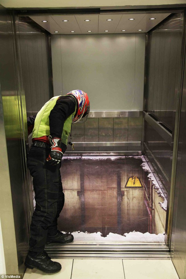 ascensor_Andrew Walker