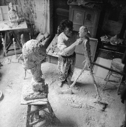 Alberto-Giacometti-working-on-the-L-'homme-qui marche-Ernst-Scheidegger