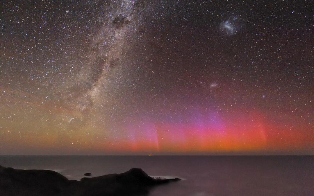 Luces del sur: Aurora roja sobre el Océano Austral (Vídeo time-lapse)